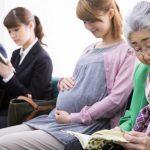 【妊活】お腹をナデナデするだけで目障り! 電車内の「妊婦」にストレスを感じる女性たち
