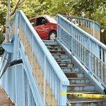 【高齢ドライバー問題】車が歩道橋で立ち往生 高齢ドライバー誤って進入 警察官が「脱出」助け