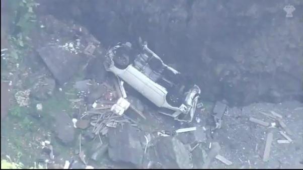 池島修寿さんと佐藤麻美さんが乗った乗用車がフェンスを突き破り崖下に転落2