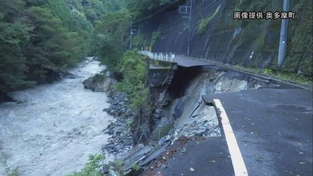 東京都西多摩郡奥多摩町日原で唯一の車が通れる道路が60mに渡り崩落