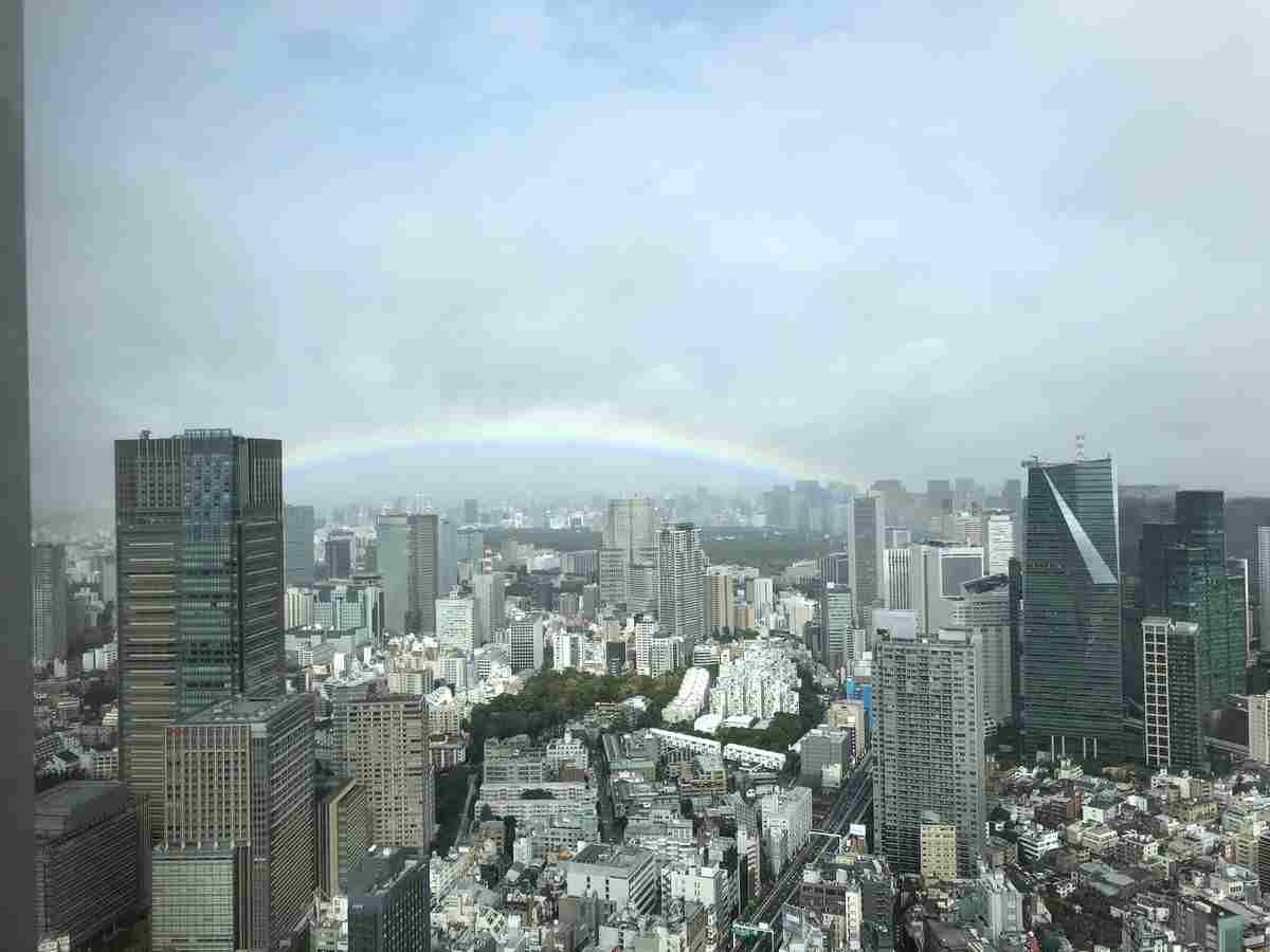 即位礼正殿の儀が始まると雨があがり皇居をまたがる形で虹がかかる