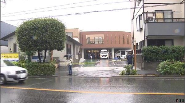 現場は新宿区市谷山伏町の「神楽坂D.S.マイクリニック」の駐車場