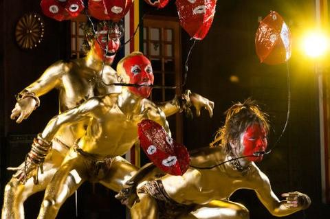 茨城県護国神社での金粉ダンス1