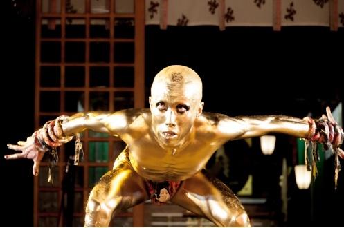 茨城県護国神社での金粉ダンス2