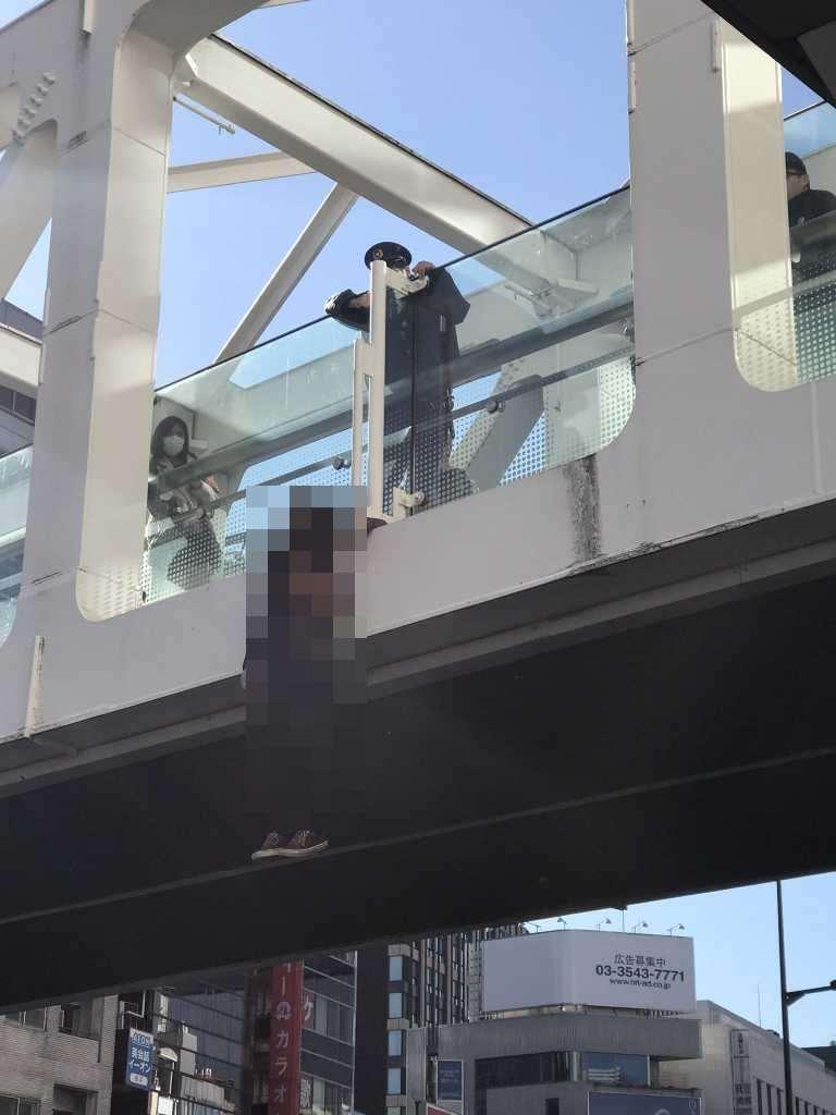 JR新宿駅の甲州街道跨線橋を跨ぐ陸橋で男性が首吊り自殺