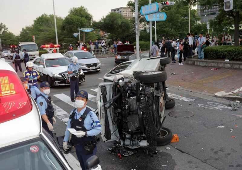 京都市左京区の川端二条交差点で多重事故 パトカーの追跡から逃走しタクシーに衝突 重傷1人を含む4人がケガ