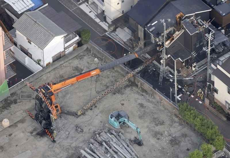 高槻市南松原町の「ライフガーデン高槻ホール」の解体工事中にクレーン車が倒れ民家を直撃 1歳女児が軽傷