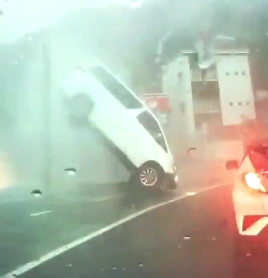 事故の瞬間のドラレコ映像