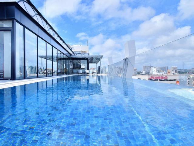 「ホテル アクアチッタ ナハ」の最上階には沖縄県初のシースループールがある