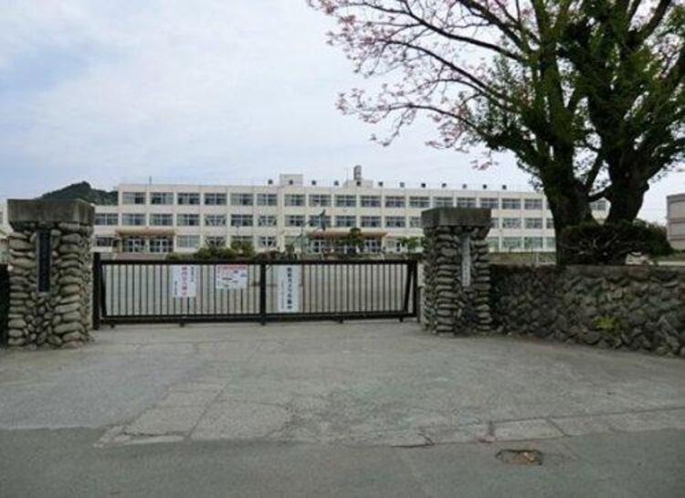 あきる野市立増戸小学校の教諭・井上浩一容疑者(38)を逮捕 児童の上履きを隠したり落書きしたりした器物損壊の疑い 被害およそ100件