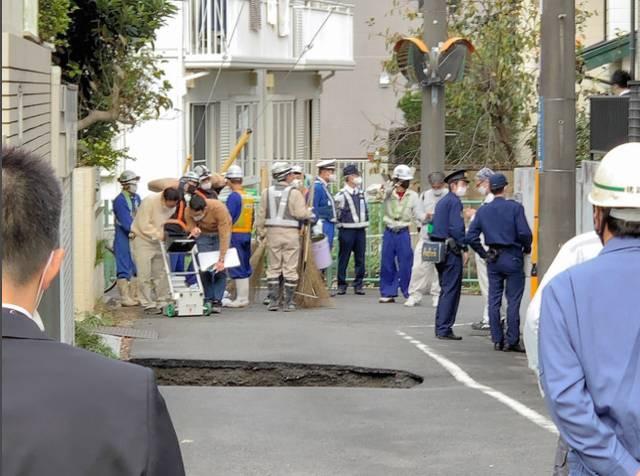 現場は東京都調布市東つつじケ丘2丁目23−36の住宅前の道路